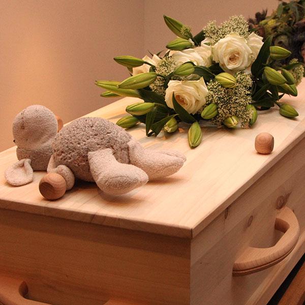 Begrafenis kind, met knuffel